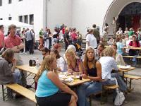 Mehrgenerationen-Event unter freiem Himmel: Jung und Alt beim evangelischen Gemeindefest.