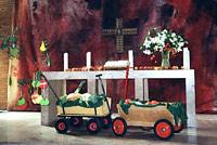 Kinderkarre vor Kunst: am Altar der Lutherkirche in der Kölner Südstadt geht das zusammen!