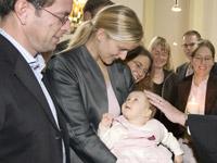Viel mehr als nur ein Segensritual: Modernen Eltern bleibt die Taufe ihres Kindes wichtig.